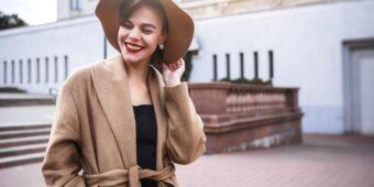 Do jakich stylizacji wykorzystać damski płaszcz z alpaki?